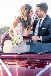 Πρωτότυπη ιδέα για φωτογράφιση γαμπρού και νύφης σε vintage αυτοκίνητο