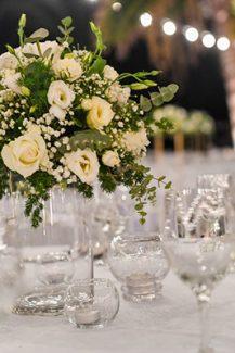 Όμορφος στολισμός τραπεζιού δεξίωσης με τριαντάφυλλα και γυψοφύλλη