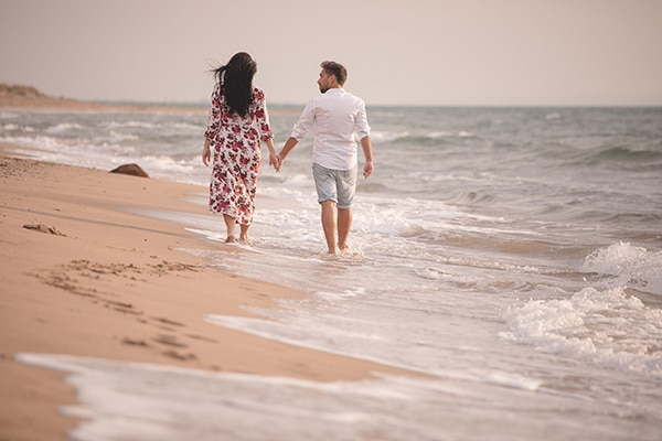 Πρωτότυπη prewedding φωτογράφιση στην παραλία