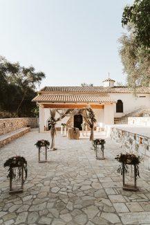 Υπέροχη ξύλινη αψίδα και διάδρομος για στολισμό εκκλησίας