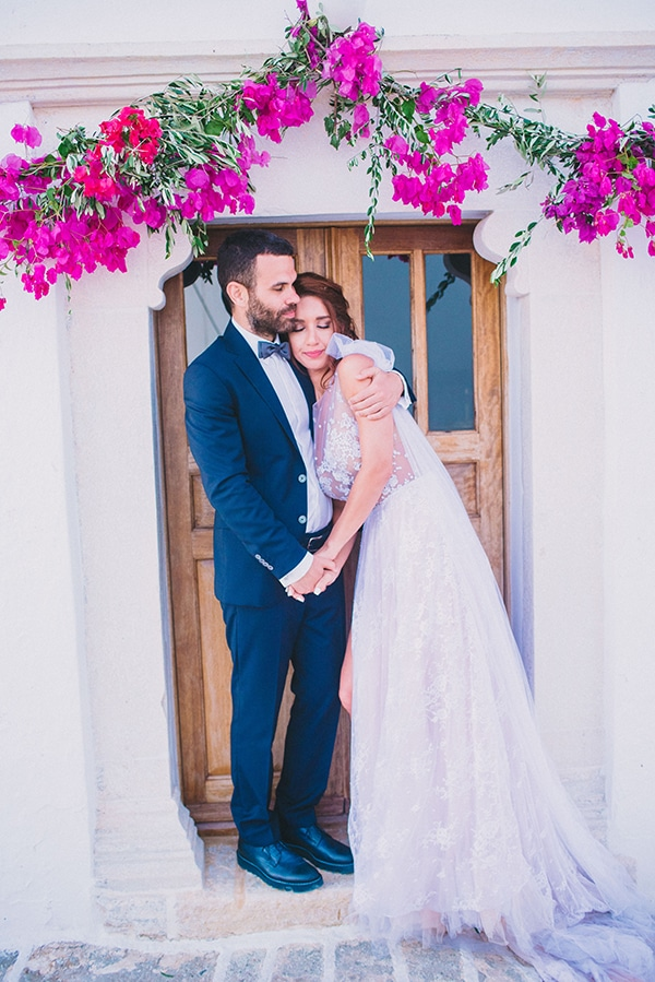 Πανεμορφος στολισμος εκκλησιας για νησιωτικο γαμο με βουκαμβιλια