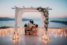 Ρομαντικος στολισμος για τελετη πολιτικου γαμου με υφασματα, λουλουδια και φαναρακια
