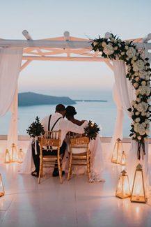 Ρομαντικός στολισμός για τελετή πολιτικού γάμου με υφάσματα, λουλούδια και φαναράκια