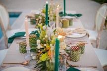 Μποεμ στολισμος τραπεζιων δεξιωσης γαμου με ιβουαρ υφασματα και emerald green λεπτομερειες