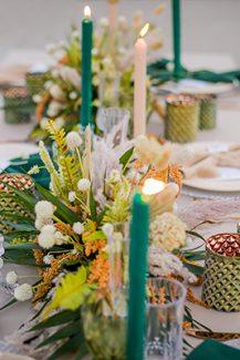 Μποέμ στολισμός τραπεζιών δεξίωσης γάμου με ιβουάρ υφάσματα και emerald green λεπτομέρειες