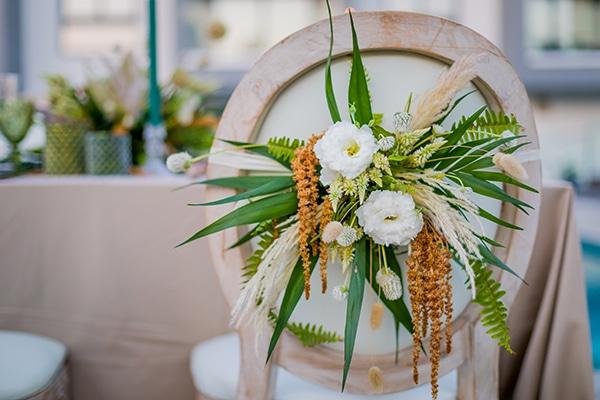Στολισμός καρέκλας για δεξίωση bohemian γάμου με ασσύμετρη σύνθεση από πρασινάδα και pampas grass