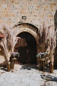 Bohemian στολισμος εκκλησιας με ψηλες συνθεσεις pampas grass