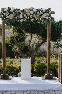 Ρουστίκ στολισμός για χαιρέτηση δεξίωσης με αψίδα και λουλούδια