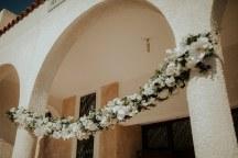 Υπεροχος στολισμος εκκλησιας με κρεμμαστη γιρλαντα λουλουδιων