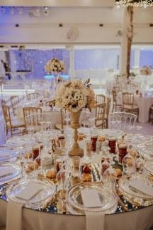 Glamorous στολισμος δεξιωσης γαμου με λουλουδια σε χρυσα βαζα