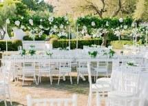 Στολισμος υπαιθριας δεξιωσης γαμου με λουλουδια και πρασιναδα
