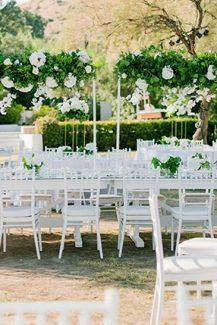 Στολισμός υπαίθριας δεξίωσης γάμου με λουλούδια και πρασινάδα