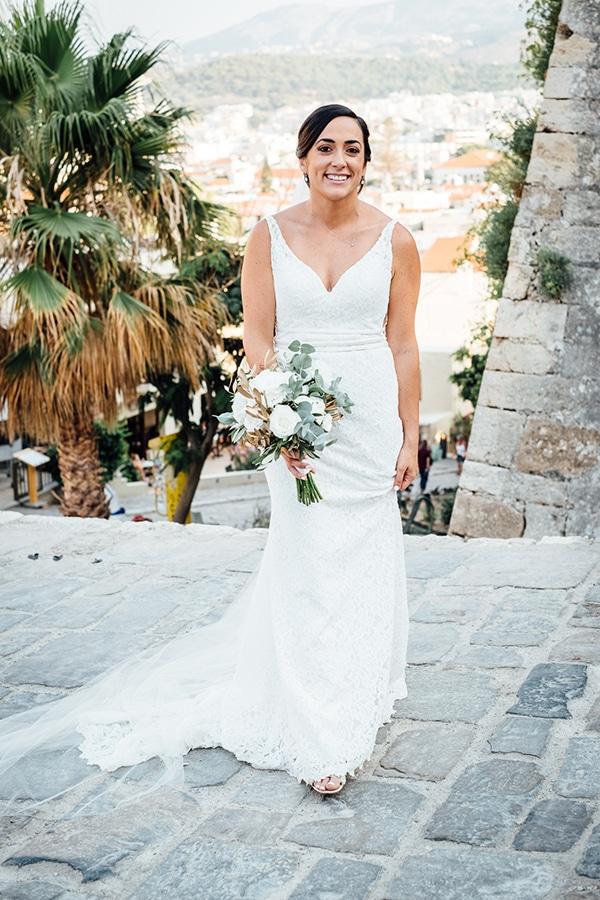 Υπέροχη νυφική ανθοδέσμη με λευκά λουλούδια και κλαδιά ελιάς