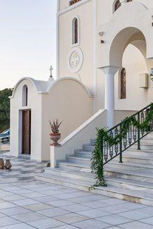Στολισμός εισόδου εκκλησίας με γιρλάντες από πρασινάδα