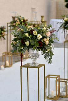 Elegant στολισμός εκκλησίας με χρυσά διακοσμητικά stands
