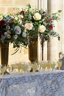 Υπέροχος στολισμός lemonade stand με ανθοσυνθέσεις σε μπορντό και peach χρώμα