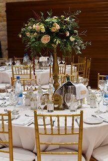 Glamorous στολισμος τραπεζιων δεξιωσης με χρυσα διακοσμητικα και λουλουδια