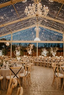 Πρωτότυπη ιδέα με clear wedding tent για δεξίωση γάμου σε εξωτερικό χώρο