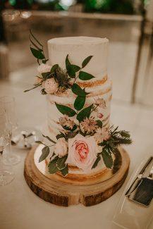 Ρομαντικη τουρτα γαμου στολισμενη με φρεσκα λουλουδια