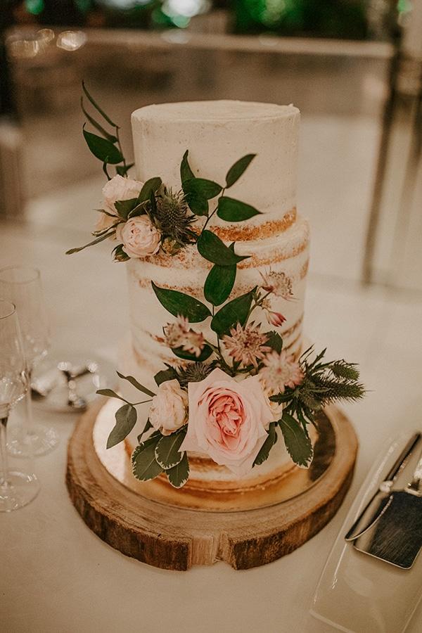 Ρομαντική τούρτα γάμου στολισμένη με φρέσκα λουλούδια