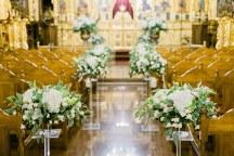 Ρομαντικος διαδρομος εκκλησιας με λευκες ανθοσυνθεσεις