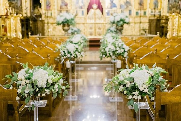 Ρομαντικός διάδρομος εκκλησίας με λευκές ανθοσυνθέσεις