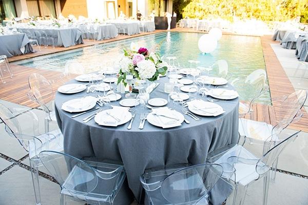 Ρομαντικος στολισμος τραπεζιων δεξιωσης γαμου με dusty blue τραπεζομαντηλο και λουλουδια