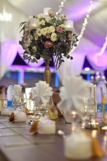 Elegant στολισμος με centerpieces απο ψηλα χρυσα κηροπηγια