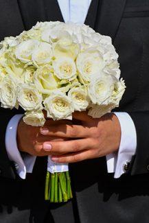 Κλασικό ολόλευκο νυφικό μπουκέτο από τριαντάφυλλα