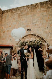 Πανέμορφος στολισμός εκκλησίας με γιρλάντα λουλουδιών