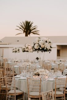 Ρομαντικός στολισμός δεξίωσης υπαίθριου γάμου σε λευκές αποχρώσεις