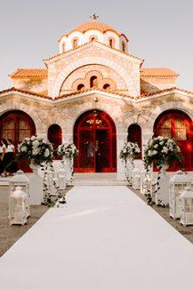 Ρομαντικός στολισμός για προαύλιο εκκλησίας με ανθοστήλες και φαναράκια