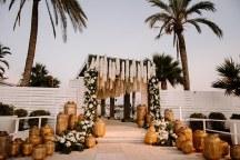 Luxurious στολισμος εισοδου δεξιωσης γαμου με κρεμαστα λουλουδια και φαναρακια