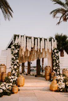 Luxurious στολισμός εισόδου δεξίωσης γάμου με κρεμαστά λουλούδια και φαναράκια