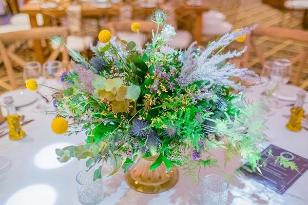 Υπέροχα centerpieces για στολισμό τραπεζιών δεξίωσης γάμου με φρέσκα λουλούδια σε χρυσά κύπελλα