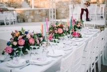 Colorful στολισμος δεξιωσης γαμου με λουλουδια και κερια