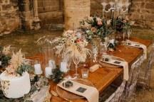 Στολισμος δεξιωσης γαμου με dried flowers, bohemian λεπτομερειες και ghost καρεκλες