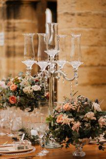 Elegant centerpiece για δεξίωση γάμου με κρυστάλλινο κηροπήγιο