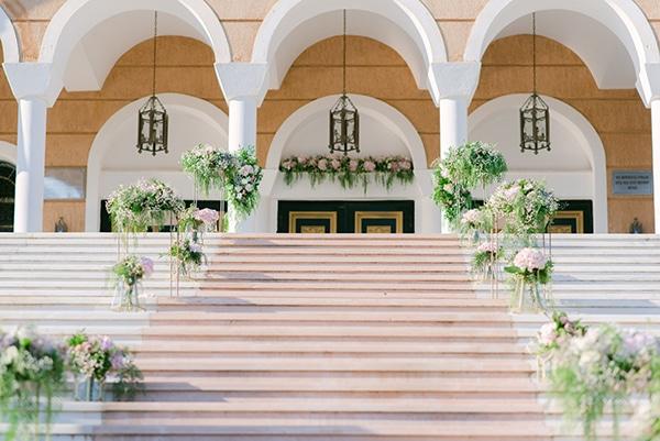Εντυπωσιακός στολισμός εισόδου εκκλησίας με πλούσιες συνθέσεις λουλουδιών και χρυσά stands
