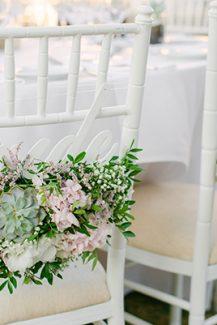 Μοντέρνος στολισμός για καρέκλες ζευγαριού με παχύφυτα