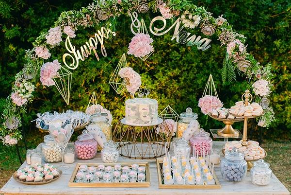 Elegant dessert table για δεξίωση γάμου με γεωμετρικά σχήματα και χρυσές πινελιές