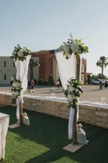 Στολισμος εκκλησιας με ξυλινη αψιδα και λουλουδια