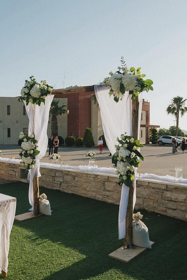 Στολισμός εκκλησίας με ξύλινη αψίδα και λουλούδια