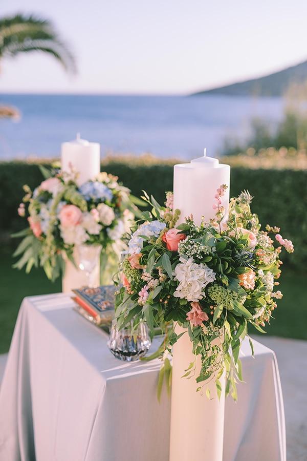 Ρομαντικός στολισμός λαμπάδας με ορτανσίες σε λευκό και dusty blue χρώμα σε συνδυασμό με πρασινάδα