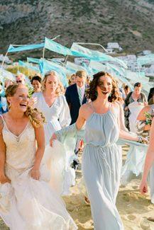 Πρωτότυπη ιδέα συνοδείας νύφης με σημαίες
