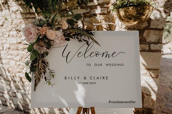 Ρομαντικός στολισμός πινακίδας καλωσορίσματος για δεξίωση γάμου
