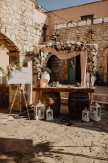 Στολισμος δεξιωσης γαμου με λουλουδενια αψιδα, υφασματα και φαναρακια