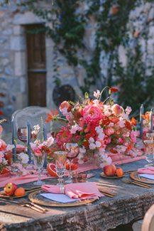 Εντυπωσιακός στολισμός τραπεζιών δεξίωσης γάμου με έντονες αποχρώσεις του κοραλί, peach και του φούξια