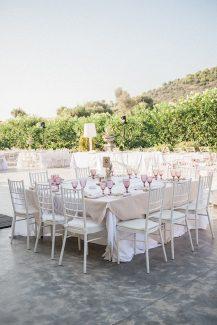 Ρομαντικός στολισμός δεξίωσης γάμου με λευκές καρέκλες και dusty pink πινελιές