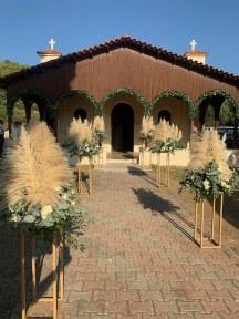 Εντυπωσιακος στολισμος εκκλησιας με συνθεσεις απο pampas grass